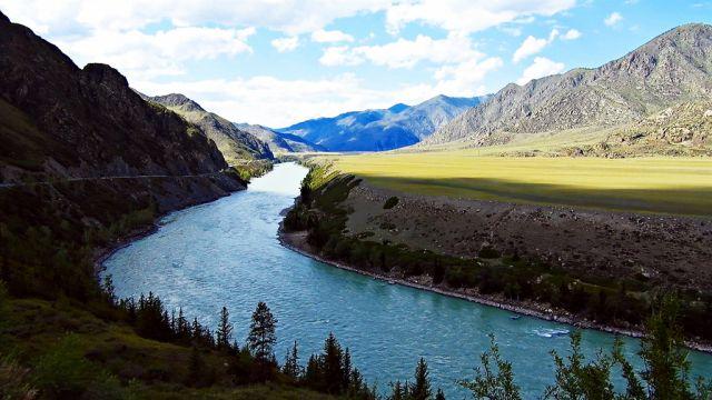 Горная река Катунь в горах Алтая в 4К.