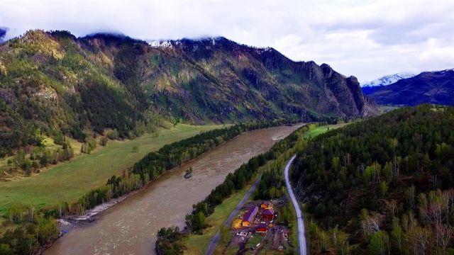 Дорога вдоль гор  и реки Катунь на Алтае.