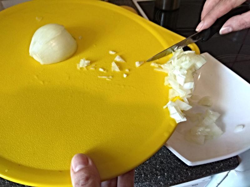 Прикрепленное изображение: нарезанный лук - в тарелку.jpg